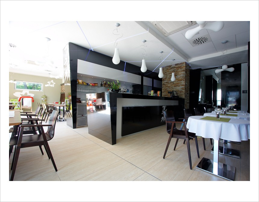 Restaurant and bar relax centrum t inec for Food and bar jine forbach